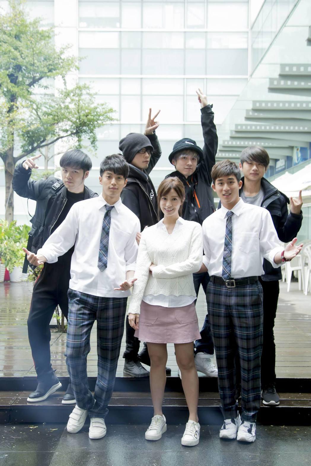 徐謀俊(前排左起)、陳敬宣、李博翔、爽樂團(後排)演出「萬德浮史貝斯」提供一個 ...