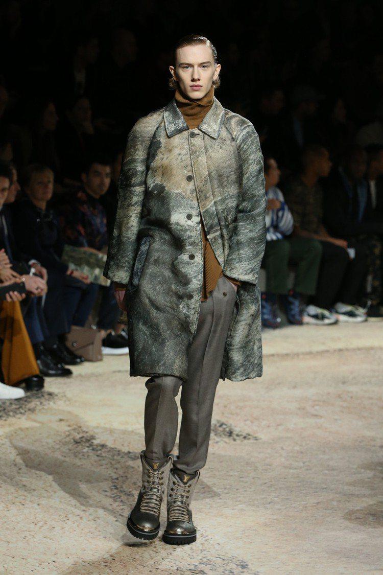 路易威登在官方臉書直播時,許多臉友盛讚大衣與外套。圖/LV提供
