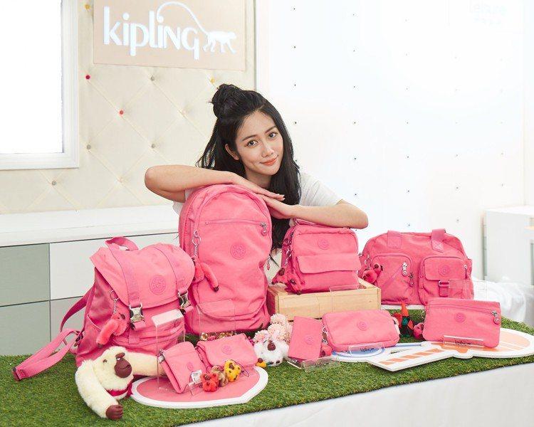 Kipling推出馬卡龍粉紅新色。圖/Kipling提供