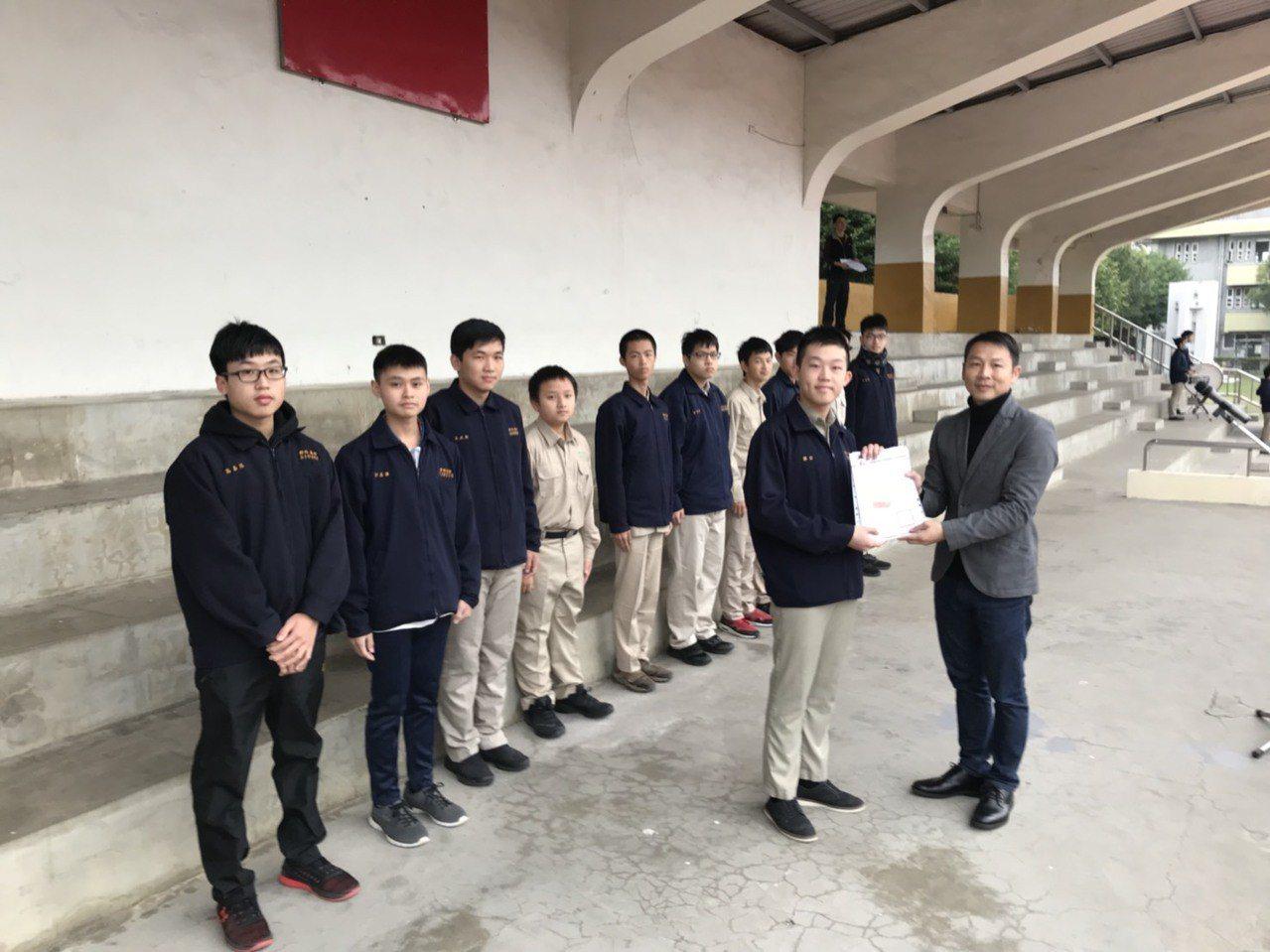 新竹高中以往開朝會升旗,並在司令台頒獎,未來將走入歷史。圖/新竹高中提供