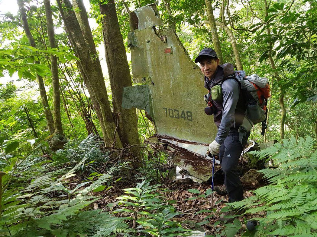 翁家明登山發現飛機殘骸。圖/民視提供