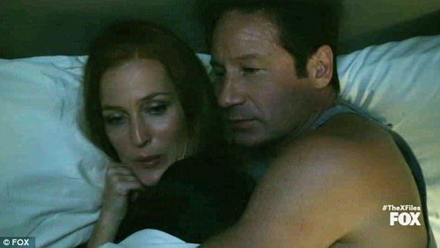 「X檔案」男女主角總算「上床」了。圖/摘自FOX