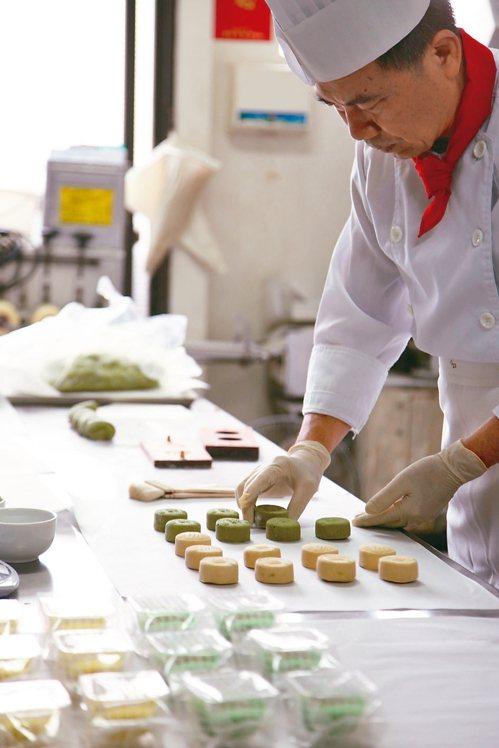一福堂推出綠川糕餅,預計年後上市。 圖/台中市水利局提供