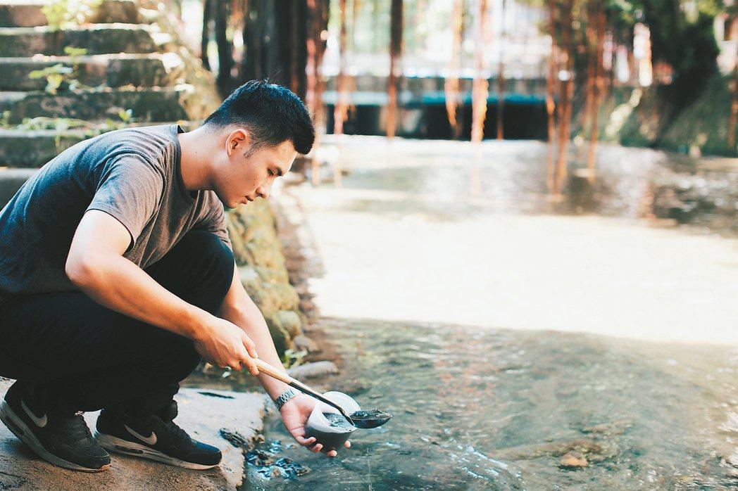 有設計團隊以綠川淤泥、河水開發出墨水,尚未量產上市。 圖/台中市水利局提供