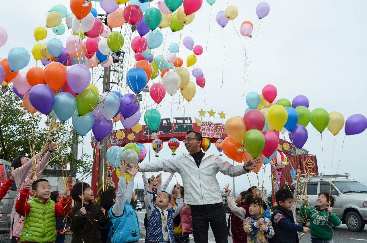 宜蘭縣三星鄉公所昨天新設迎賓拱門,鄉長黃錫墉與幼兒施放氣球祈福 。 圖/宜蘭縣三...