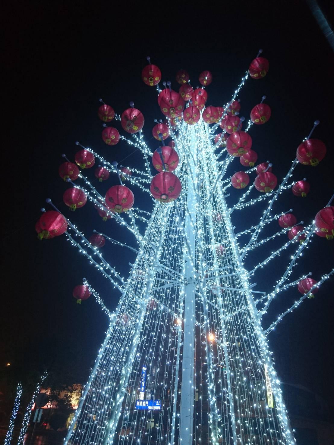 宜蘭街頭以亮麗燈飾裝扮,年味濃。愈夜愈美麗,縣政中心與議會廣場前的耶誕樹再加掛紅...
