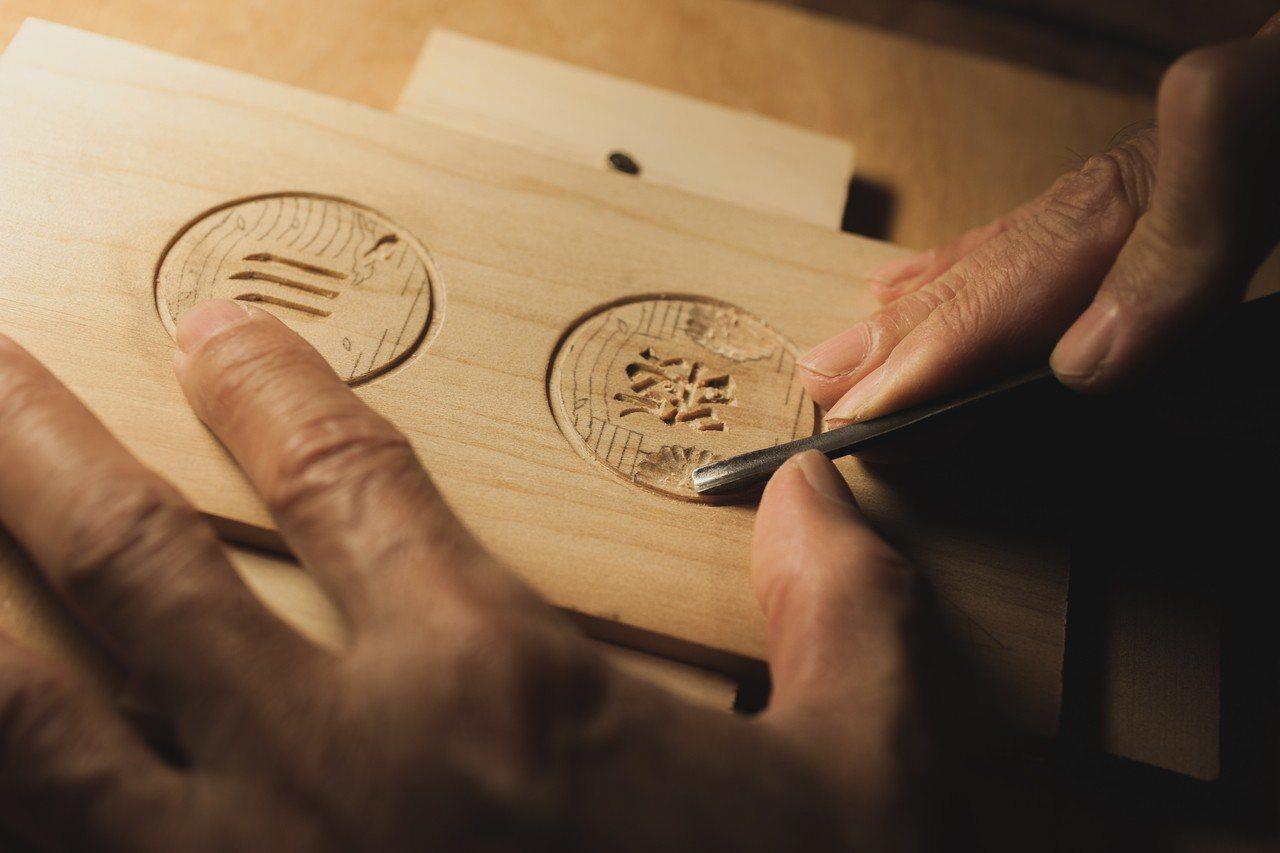 台中市水利局為綠川申請註冊商標,授權民間使用,有雕刻公司設計出餅模。 圖/台中市...