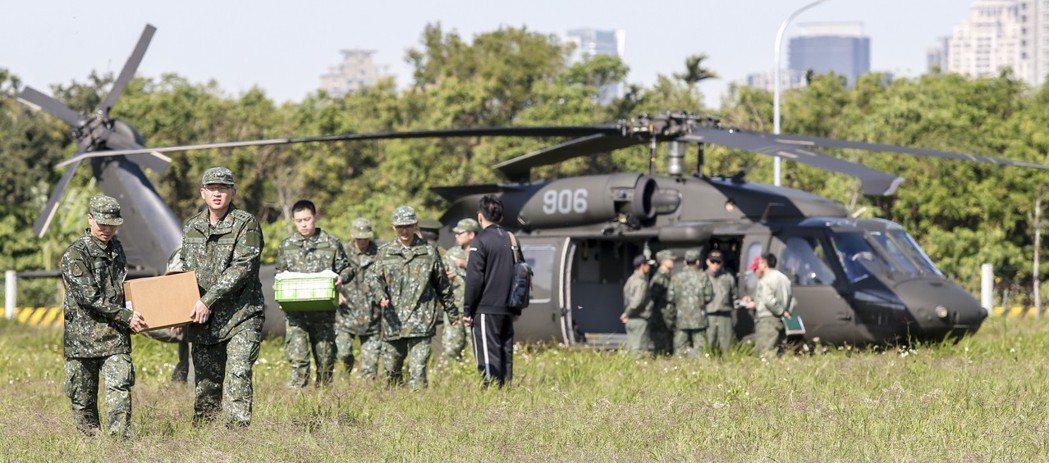 圖為2016年陸軍航特部602旅一架UH-60M黑鷹直升機,迫降台中市南屯區。 ...