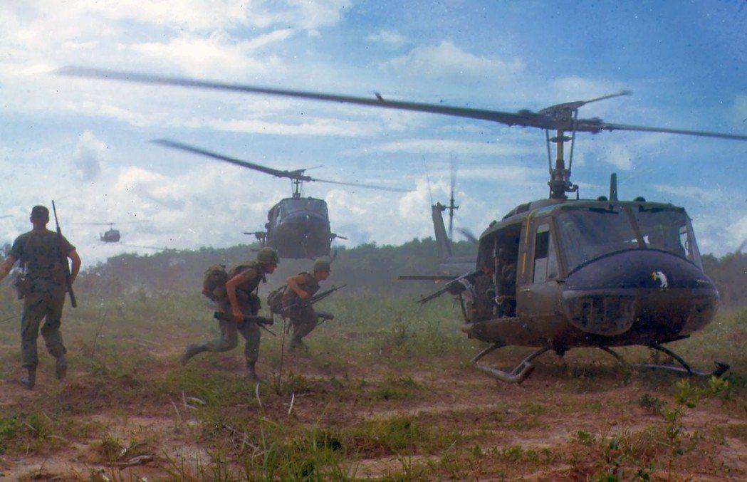 UH-1是越戰最重要的代表武器,圖為1966年越南戰場上的UH-1D。 圖/美國...