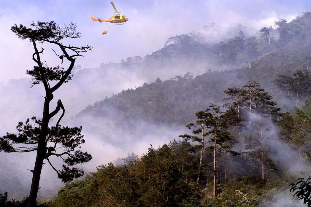 2002年梨山山區連續多天森林大火,空中消防隊出動多架次UH-1H直昇機空中灑水...