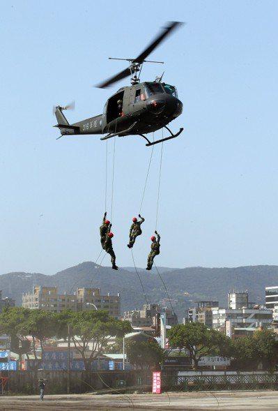 UH-1H直升機執行空中突擊任務。 圖/聯合報系資料照片
