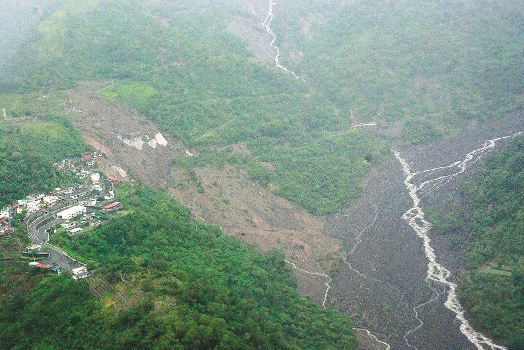 2009年莫拉克風災重創南部,伊拉部落成孤島,空勤總隊駕UH-1H直升機飛往救人...