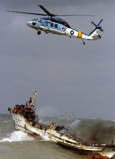 國軍海鷗S-70C直升機擔負海陸救難工作,圖為2002年海上船屋「元勝二號」在高...