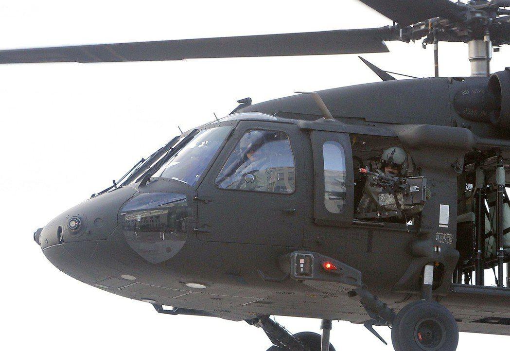 國軍UH-60黑鷹直升機,機槍手模擬對地火力壓制。 (美聯社)