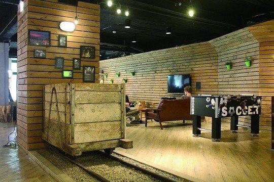 台北漫步旅店大廳角落擺放九份礦場推車作為裝置藝術。(攝影/蔡敏姿)