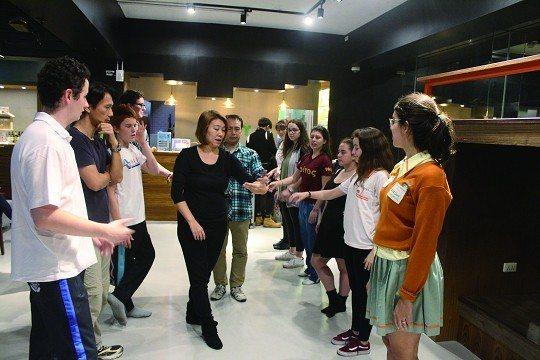 搖擺舞教學已成為紅米青旅吸引旅人入住的熱門活動。(攝影/蔡敏姿)