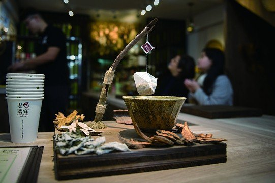 老濟安青草店打造全新的風格空間,吸引年輕人來認識青草文化。(攝影/黃建彬)