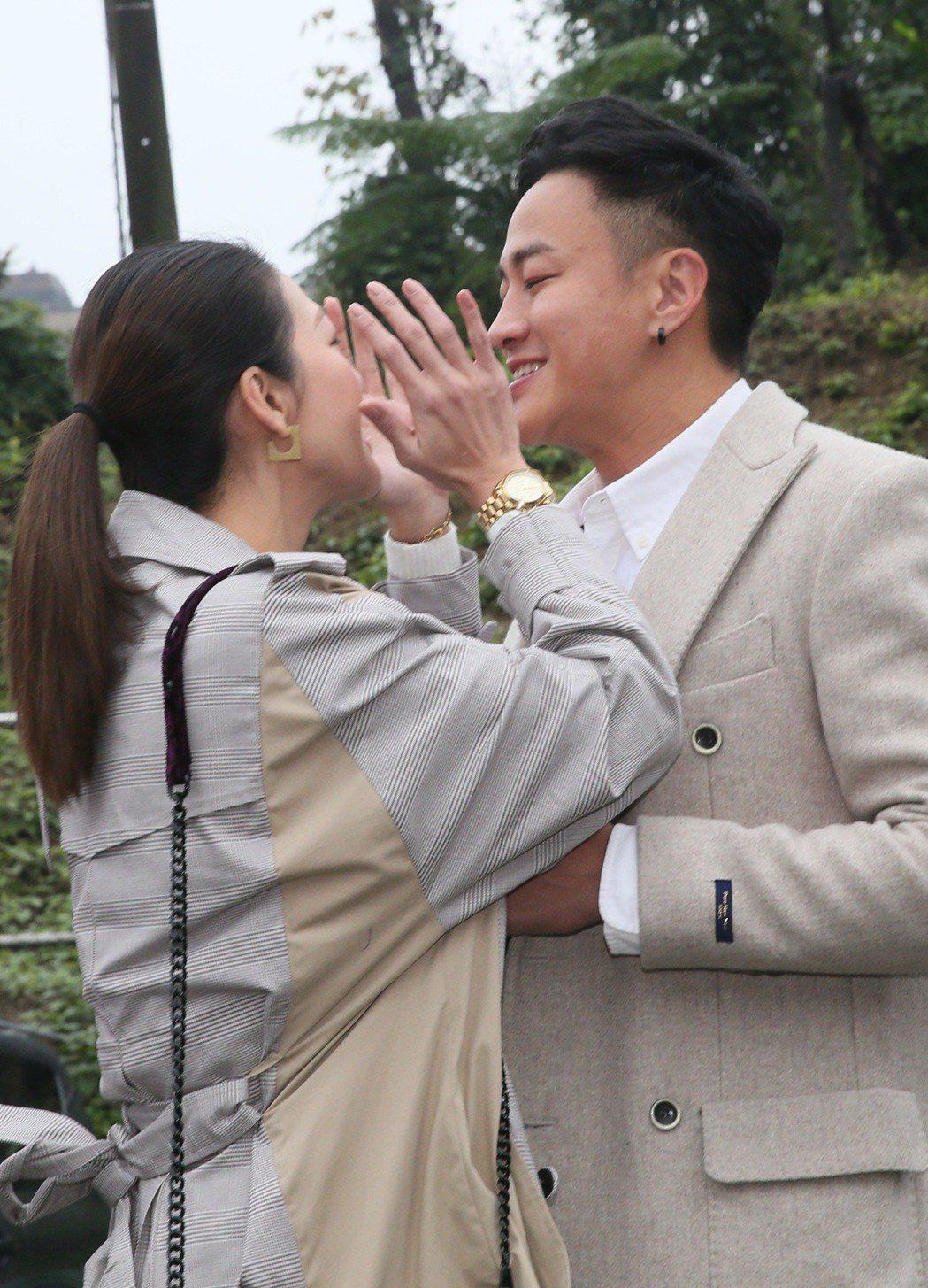 何潤東父母(左起)連續8年於自家社區舉辦「寒冬送暖餐會,今年何潤東(右)與妻子林...