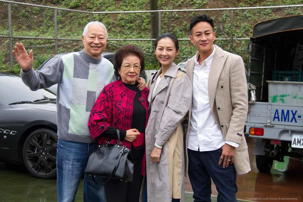 何潤東(右起)帶老婆peggy和爸媽一起作公益。圖/達騰娛樂提供