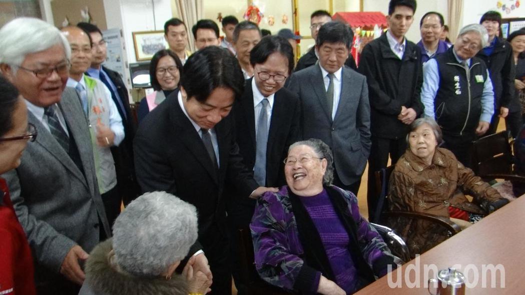 賴清德訪視雲林老人學堂,和老人快樂互動,擁有醫生特質的他,讓老人更感親切。記者蔡維斌/攝影
