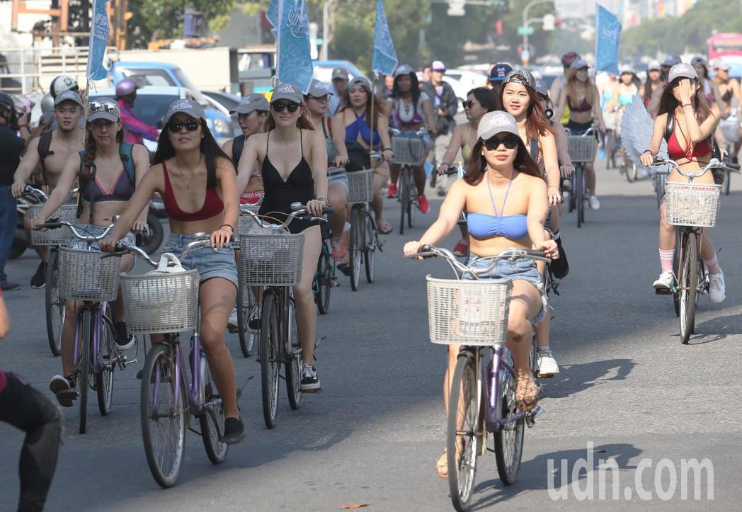 今天下午高雄街頭出現一群比基尼辣妹騎單車遊街,讓許多人為之驚豔。記者劉學聖/攝影