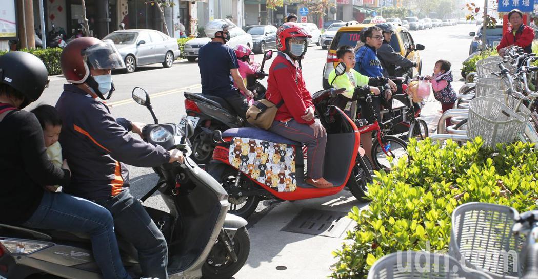 今天下午高雄街頭出現一群比基尼辣妹騎單車遊街,引起許多騎士圍觀。記者劉學聖/攝影