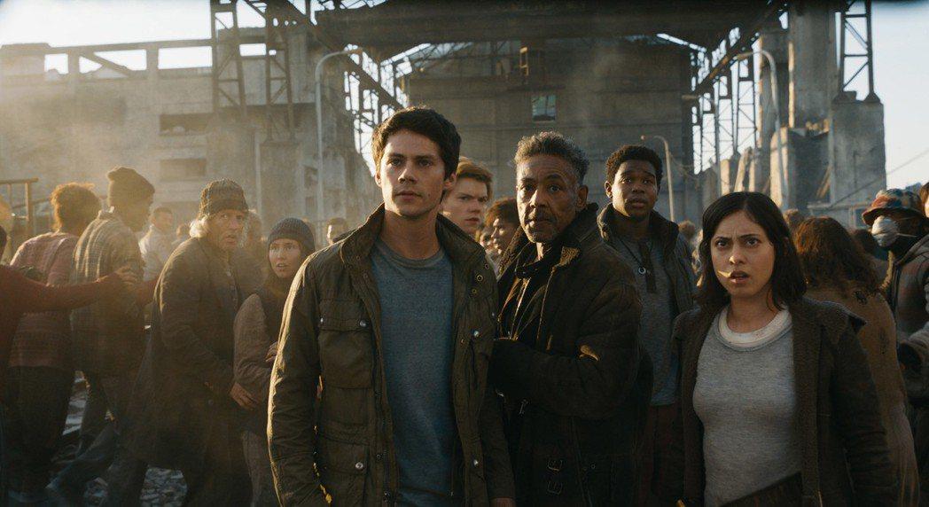 由狄倫歐布萊恩(左一)主演的「移動迷宮:死亡解藥」,前兩集曾創下全球亮麗的票房紀...