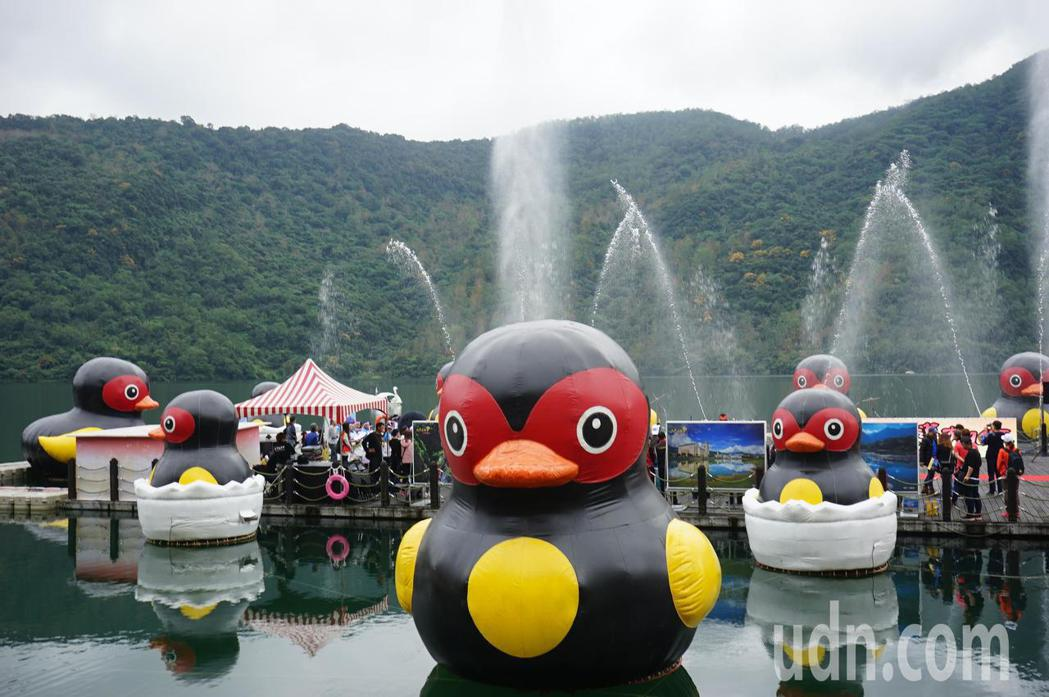 花蓮太平洋燈會今天起展開,壽豐鄉鯉魚潭燈區有可愛的紅小鴨迎賓,搭配動感的噴泉韻律秀。記者王燕華/攝影