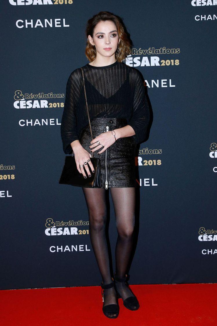 法國女星加朗斯莫里利爾穿的鏤空條紋裝既性感又有個性。圖/GIVENCHY提供