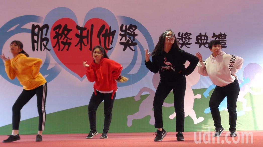 嘉義高商街舞社學生受邀到「服務利他獎」頒獎典禮演出。記者王慧瑛/攝影