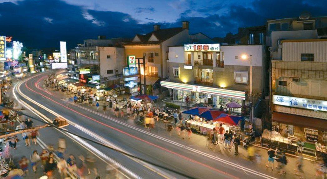 屏東墾丁大街夜市是人氣街,為替攤販合法化「鋪路」,擬規畫替代省道。 記者潘欣中/翻攝