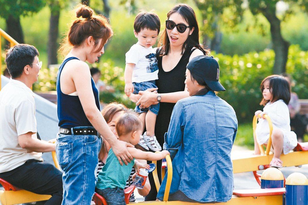 衛福部日前向行政院長賴清德簡報,規畫針對零歲到兩歲兒童,發放每月兩千五百元的照顧津貼。 圖/聯合報系資料照片