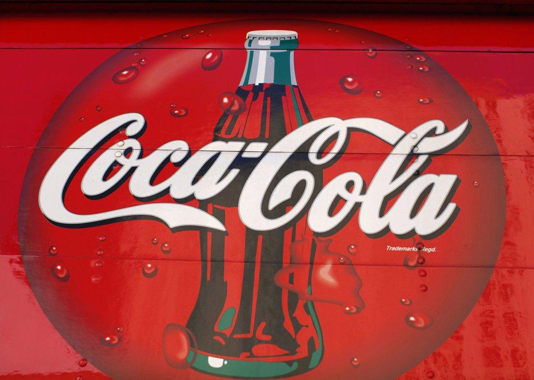 可口可樂為改善品牌形象,宣布要在二○三○年前達到回收空瓶罐的數量和銷售量一樣,並...