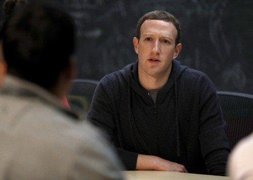 查克柏格因利用臉書把所有人連結起來而名利雙收,現在卻面對用戶責怪他沒有更努力保護...