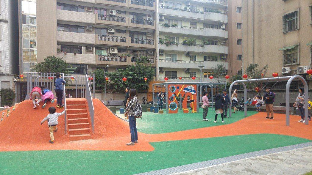 敦仁公園兒童遊戲場設置一座地景山丘,同時結合了攀岩、爬繩、溜滑梯、階梯等多樣設施。 記者莊琇閔/攝影