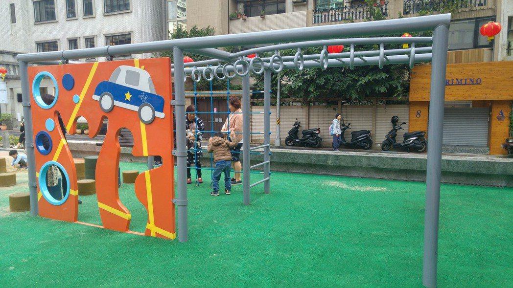 敦仁公園內結合警察主題意象的遊戲牆,加入警徽相關元素,是以「波麗士大人」為主題特色的遊戲場。 記者莊琇閔/攝影