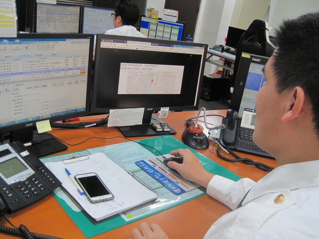 台中市消防局救災救護指揮中心24小時都有人員執勤和派遣。 記者游振昇/攝影