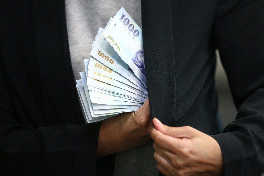 如果銀行注意到資金流向不正常,而你無法清楚解釋資金來源,那麼銀行帳戶可能會被加強...