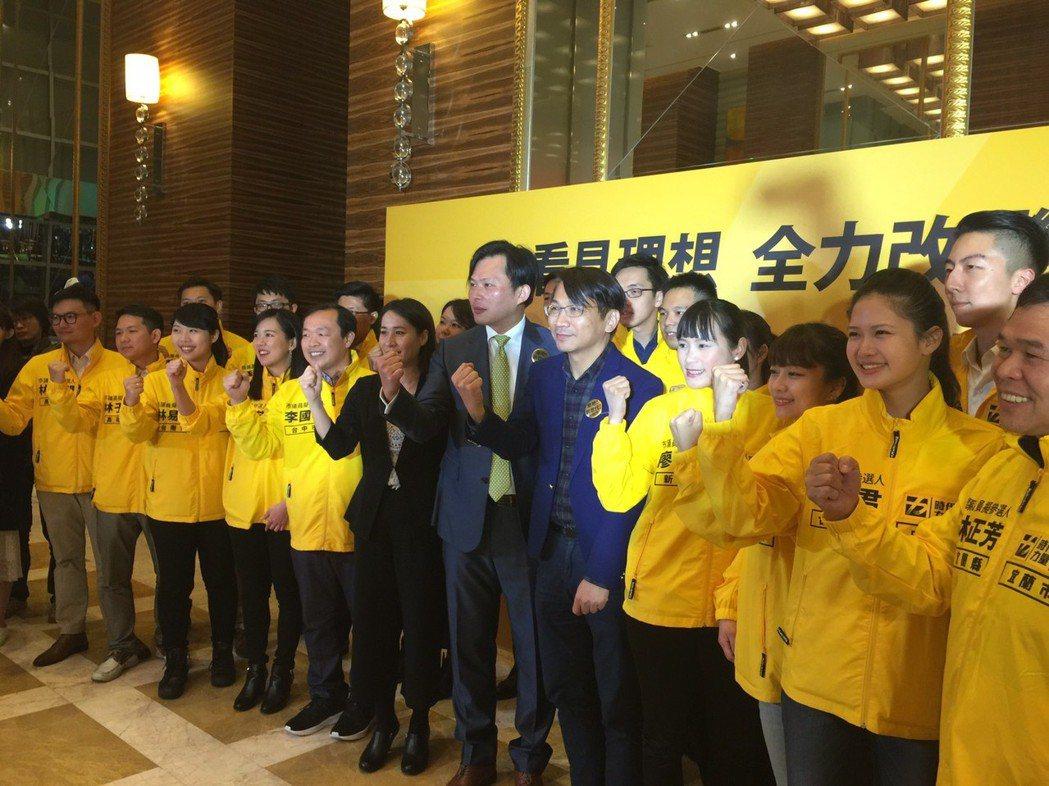 時代力量在前天黨慶餐會上發出3項公民投票連署書。 圖/聯合報系資料照片