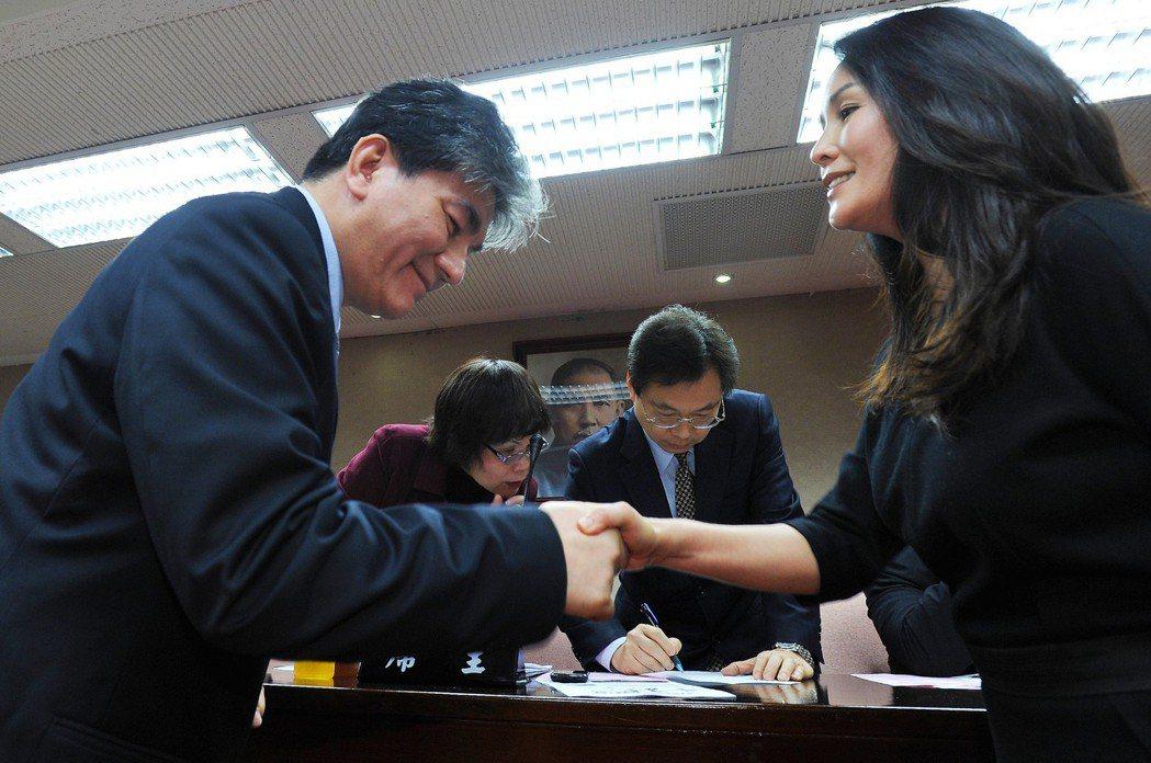 昔日緋聞對象的李鴻源(左)與高金素梅(右)2012年在立法院「重逢」,兩人握手微...