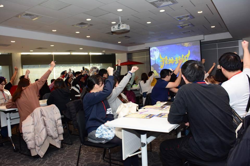 玩家組隊至現場參與解謎遊戲,現場氣氛熱絡,玩家高呼打倒八岐大蛇。