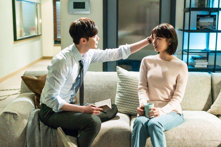 秀智與李鍾碩搭檔韓劇《當你沉睡時》。圖/東森戲劇台提供