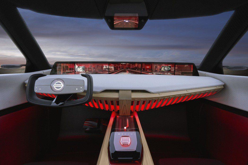 中控台與中央鞍座均採用大量杉木打造,同時車內也擁有七具多功能顯示幕。 圖片來源:...