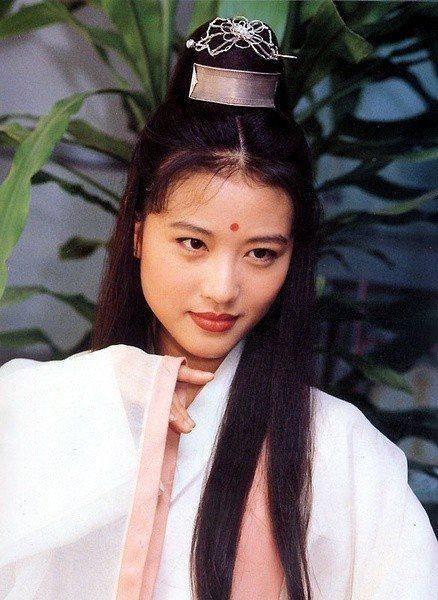 香港女星周海媚1994年在楊佩佩台視版「倚天屠龍記」中演出周芷若。圖/摘自微博