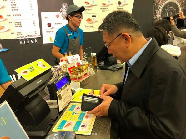 柯文哲昨天在IG發出照片,在電影院窗口購票,準備進場看「幸福路上」。圖/摘自IG