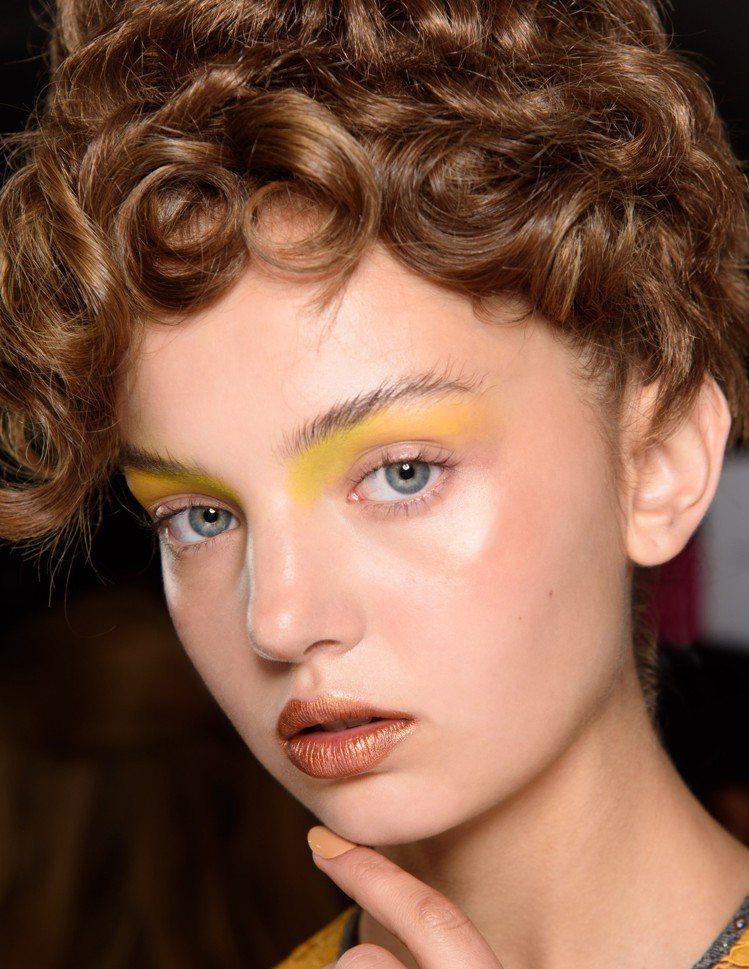 活力水噴霧FIX+用法多元,可當作底妝、彩妝磁鐵,讓妝效更顯色持久,也可將刷子噴...