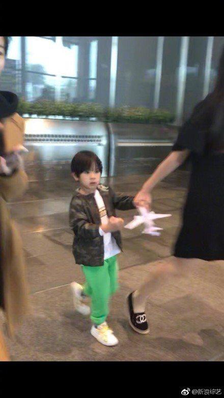 吳尊兒子Max手中緊握紙飛機。圖/摘自微博