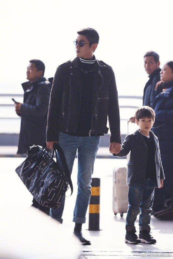 嗯哼穿著西裝,和爸爸杜江一起出發錄製「爸爸去哪兒5」新春特輯。圖/摘自微博