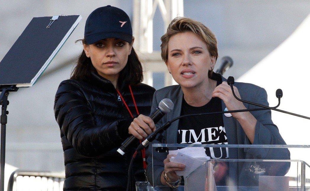 思嘉莉約翰森(右)與蜜拉庫妮絲(左)上街力挺女權遊行。(美聯社)