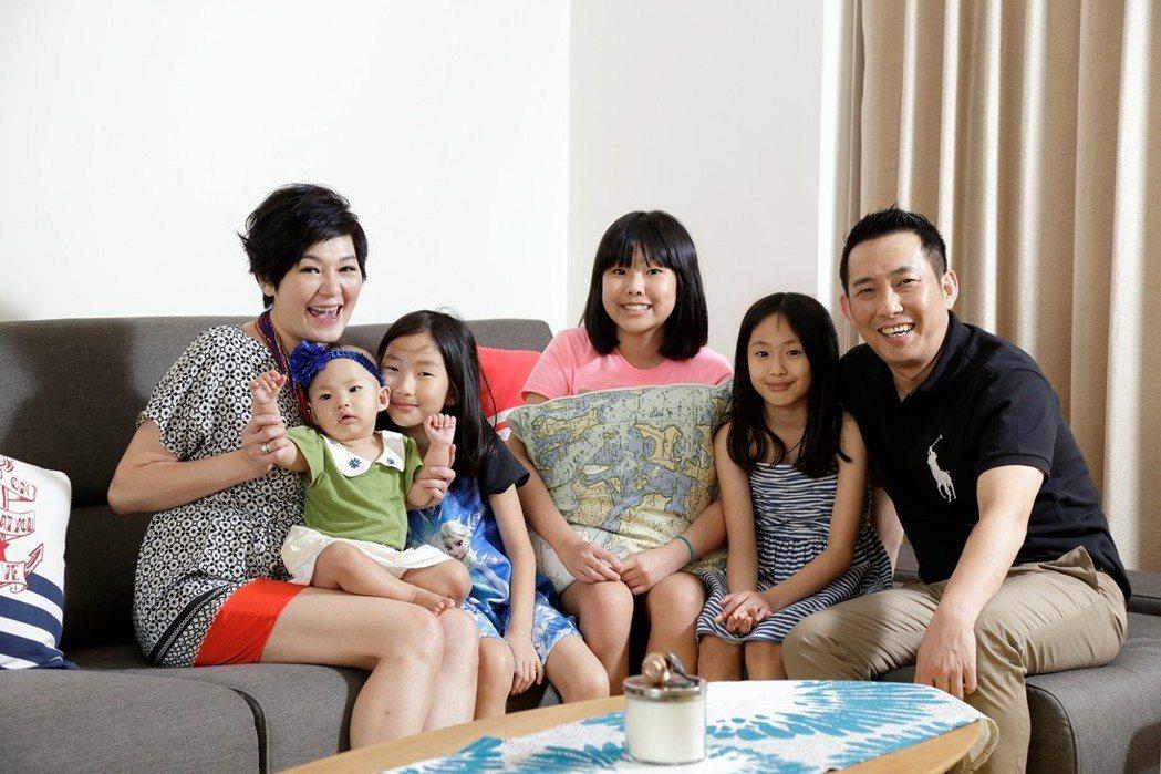 屈中恆和Vicky有四個女兒,讓屈中恆有住在「女生宿舍」之感。圖/歐德提供